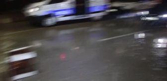 Adana: Sağanak nedeniyle bazı cadde ve sokaklar su altında kaldı (2)
