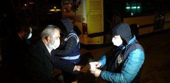 Bursa: Yavuz Bingöl, kısıtlamada denetim yapan polislere çorba dağıttı