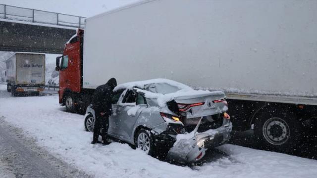 Anadolu Otoyolu'nda zincirleme trafik kazası! 16 araç birbirine girdi, 8 yaralı var