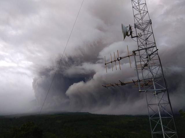 Endonezya için 2021 kabus gibi başladı: Uçak kazası ve depremden sonra şimdi de yanardağ patladı