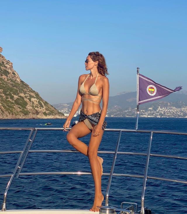Volkan Demirel'in eşi Zeynep, oyun havası eşliğinde spor yaptı