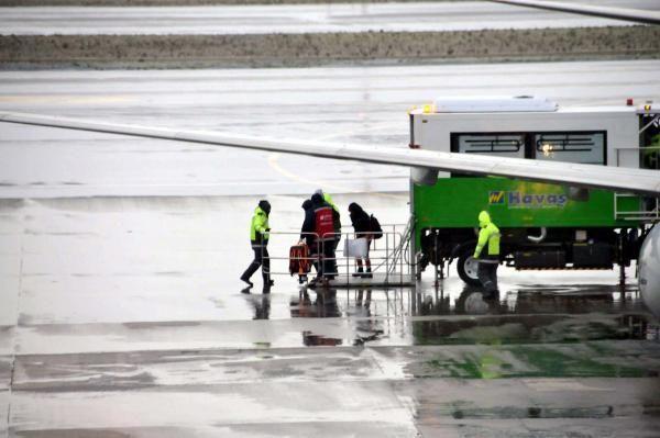Samsun'dan gelen uçak, bilinç kaybı yaşayan yolcudan dolayı acil iniş yaptı