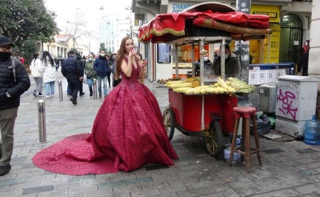 Kırmızı gelinliğini giyip Taksim'e çıkan Rus modeli görenler şaşkınlığını gizleyemedi
