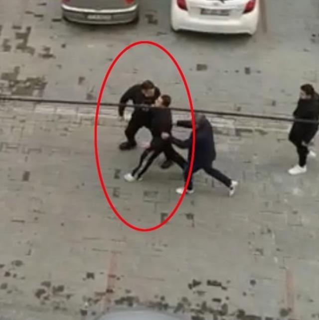 Tacize uğradığını iddia ettiği adamın otomobilini tornavidayla çizdi