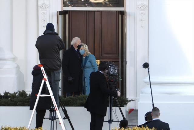 Joe Biden Beyaz Saray'a geldi! İlk işi Trump'ın tartışmalı kararnamelerini iptal etmek