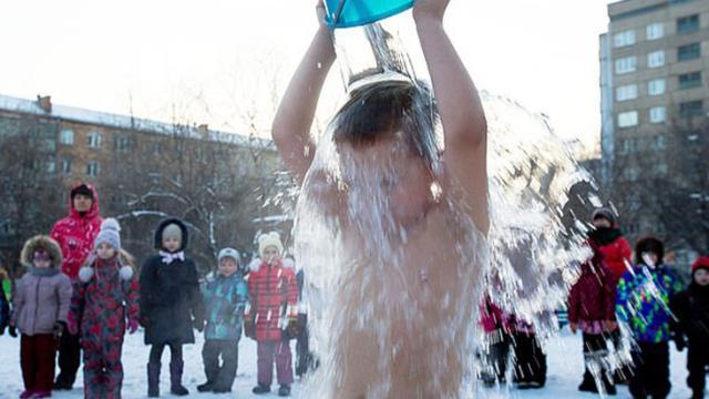 Anaokulu öğrencileri eksi 25 derecede buzlu su egzersizi yaptı
