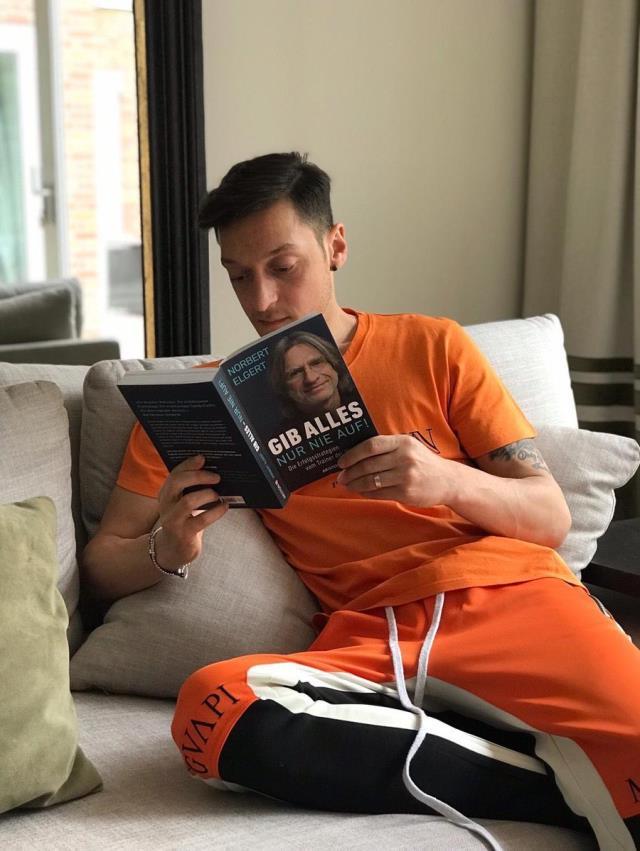 Mesut Özil'in kitap okurken çekilen fotoğrafının montajlanması sosyal medyada tepki çekti