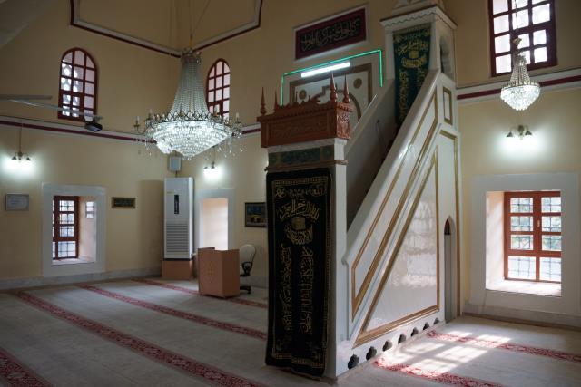 Önce depremde yıkılıp, ardından yakılarak kurşunlanan Üveys Paşa Camisi'nde 453 yıldır ezan sesi susmadı