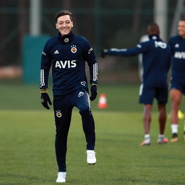 Fenerbahçe'yle ilk antrenmanına çıkan Mesut Özil 67 numarayı giyecek