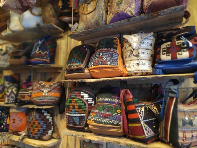 Hobi amaçlı yırtılmış kilim ve yünlerle çanta yapmaya başladı, şimdi 20 ülkeye ihracat yapıyor