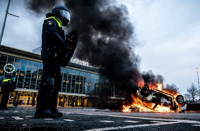 Hollanda'da sokağa çıkma yasağı protestoları sonrası 15 kentte acil durum ilan edildi