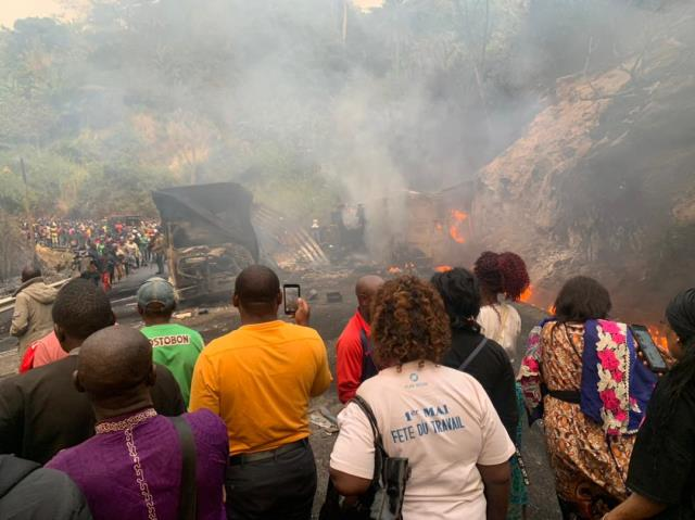 Kamerun'da yolcu otobüsüyle kamyon çarpıştı! Alevlerin yükseldiği kazada 53 kişi öldü, 29 kişi yaralandı