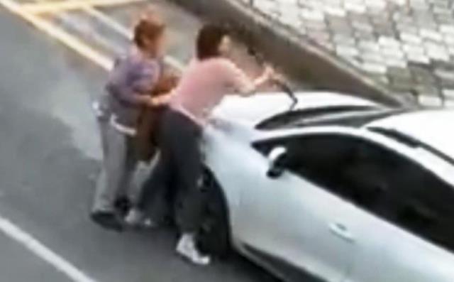 Mahalleye dehşeti yaşatan genç kadın, yoldan geçen vatandaşa bıçakla böyle saldırdı