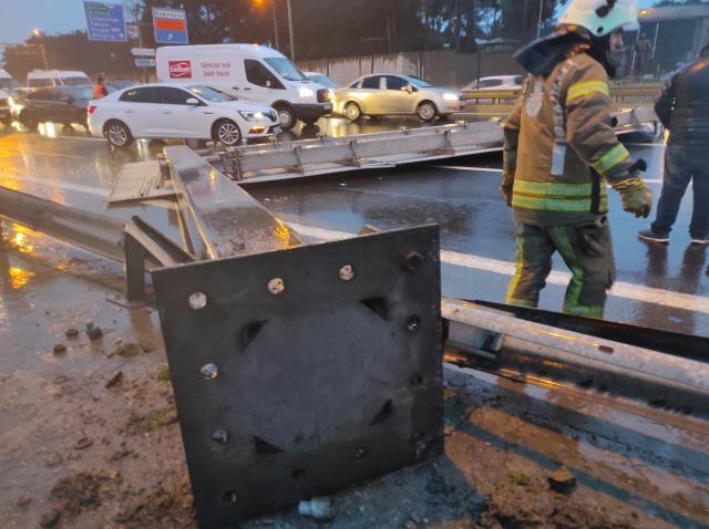 Son Dakika! Hasdal'da yön tabelası devrildi, araçlar kaza yaptı