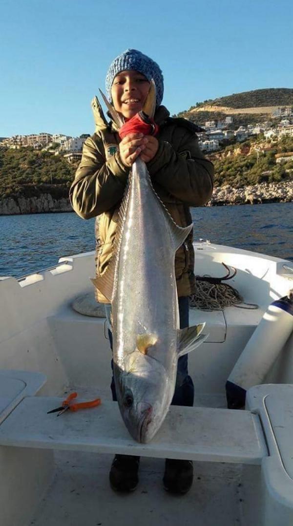 Babasıyla ava çıkan Levent, 110 santimlik balık yakaladı