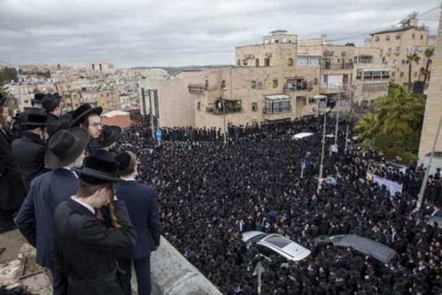 Koronadan ölen hahamın cenazesine uyarılara rağmen binlerce kişi katıldı