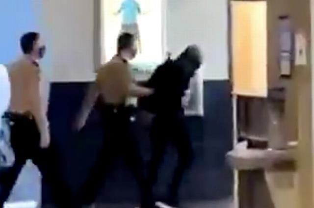 Soyunma odasının tavanında kadınları gözetlerken odadaki kadının üzerine düşen adam tutuklandı
