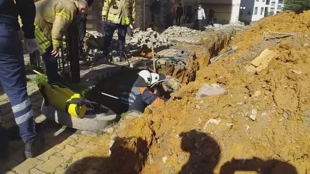 Ümraniye'de kazı çalışması sırasında toprak kayması