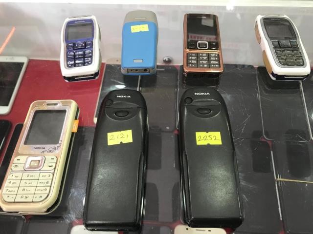 Önceden çöpe atılan tuşlu telefonlar şimdi yok satıyor