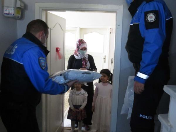 Polisten ihtiyaç sahibi çocuklara yardım