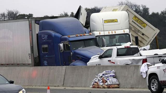 Buzlanma otobanı piste çevirdi! 100 aracın karıştığı zincirleme kazada 5 kişi hayatını kaybetti