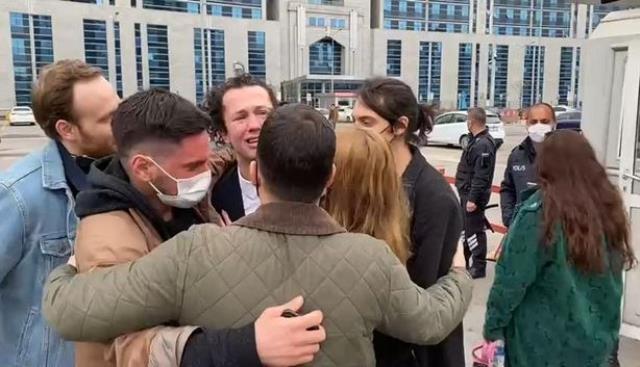 Elif İşcan'ın açtığı cinsel saldırı davasında beraat kararı alan Efecen Şenolsun, gözyaşlarına boğuldu