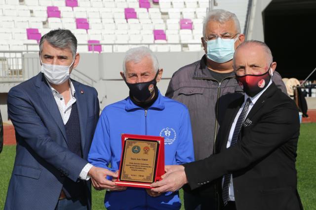 83 yaşındaki antrenör Aziz Tokat, 58 yıllık takımıyla iki yıllık daha sözleşme imzaladı