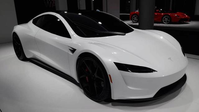 Elon Musk, Tesla Roadster modeli aracını uçurmayı planlıyor