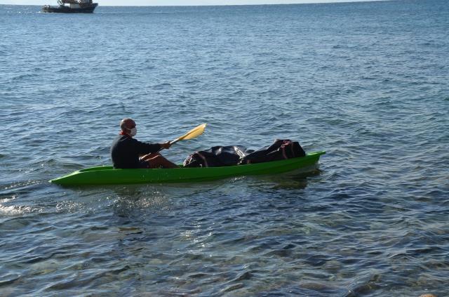 Ekipleri harekete geçiren cansız beden, denizden kano yardımıyla kıyıya çıkartıldı