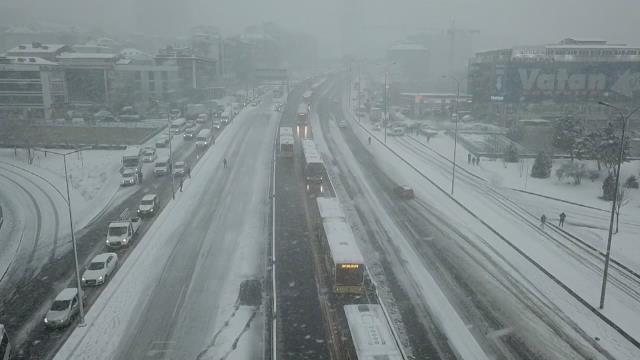 İstanbul'da kar yeniden bastırdı, iş çıkışı trafik kilitlendi