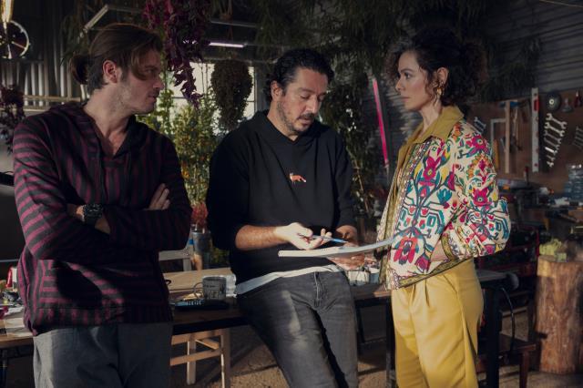 Kıvanç Tatlıtuğ ve Özge Özpirinççi'nin başrolünü paylaştığı Netflix imzalı dizinin ilk görselleri paylaşıldı