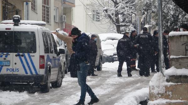Babası evinin kapısında öldürüldü, polislerin incelemesini gözyaşı içinde izledi