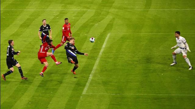 Bayern-Bielefeld maçının ilk yarısında kardan bembeyaz olan saha, ikinci yarıda temizlenerek eski haline getirildi