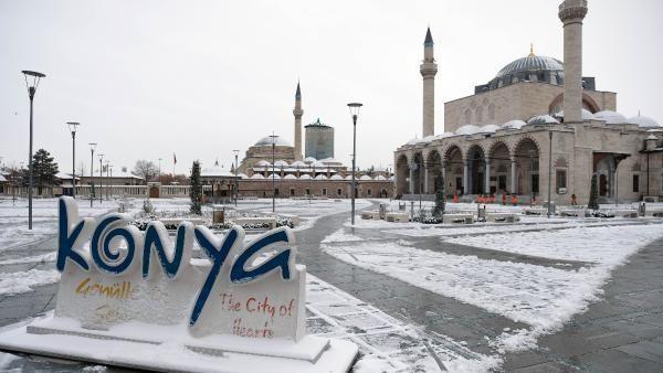 Konya, kar yağışıyla bembeyaz; 12 ilçedeyüz yüze eğitime 1 gün ara