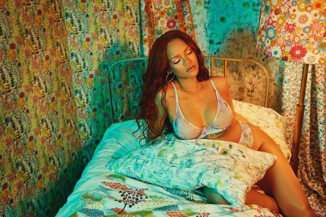 Rihanna'nın üstsüz fotoğrafı sosyal medyayı salladı