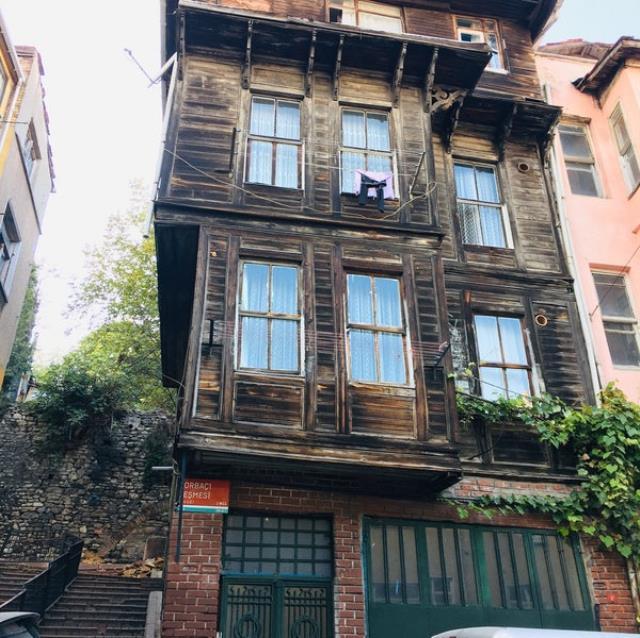 Cennet Mahallesi dizisinin çekildiği simge ahşap ev rekor ücretle satışa çıkarıldı