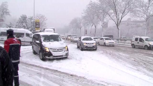 İstanbul'u etkisi altına alan kar, eziyete dönüştü! Trafik yoğunluğu %70'i geçti