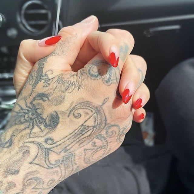 Kourtney Kardashian, müzisyen arkadaşıyla yaşadığı aşkı resmen ilan etti