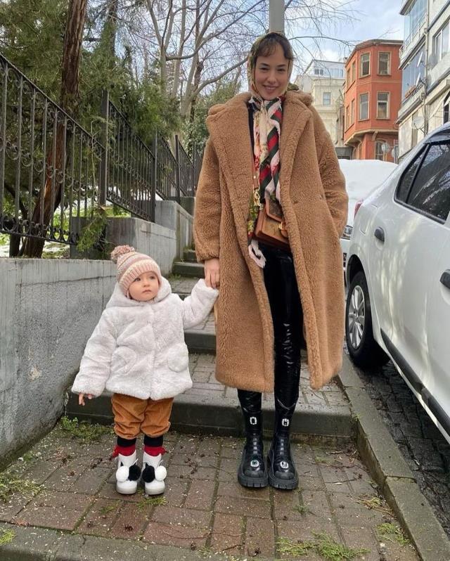 Seda Bakan'ın kızıyla verdiği 80'ler pozuna beğeni yağdı