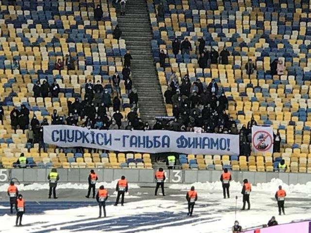 Dinamo Kive taraftarı Avrupa maçında Lucescu'ya pankart açarak tepki gösterdi
