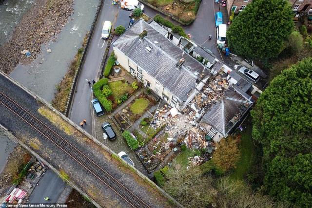 Görüntüler korkunç! Patlama sonrası içe doğru göçen ev, yaşlı kadının ölümüne sebep oldu
