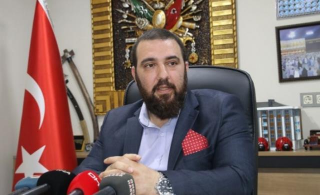 Sultanahmet'e çakarlı araçla gelen 2. Abdülhamid'in torunu 'Yolun yolumuzdur şehzadem' sloganlarıyla karşılandı
