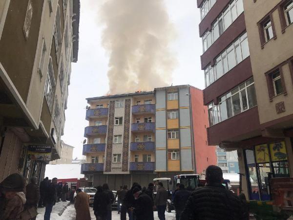 Ağrı'da, 5 katlı binanın çatısında çıkan yangın korkuttu