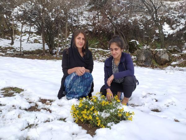 Derecik'teki bahar havası yerine kara bıraktı, açan çiçekler kar altında kaldı