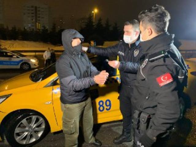 Ticari taksiye binen müşterileri rahatsız eden koku taksiciyi ele verdi
