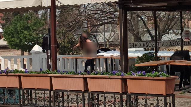 Bekçileri şoke eden an! Cadde ortasında çırılçıplak koşan kadını yakalamak için seferber oldular