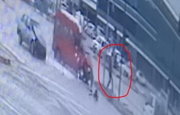 Otomobil ile minibüs çarpıştı; Yayanın saniyelerle kurtulduğu kaza kamerada