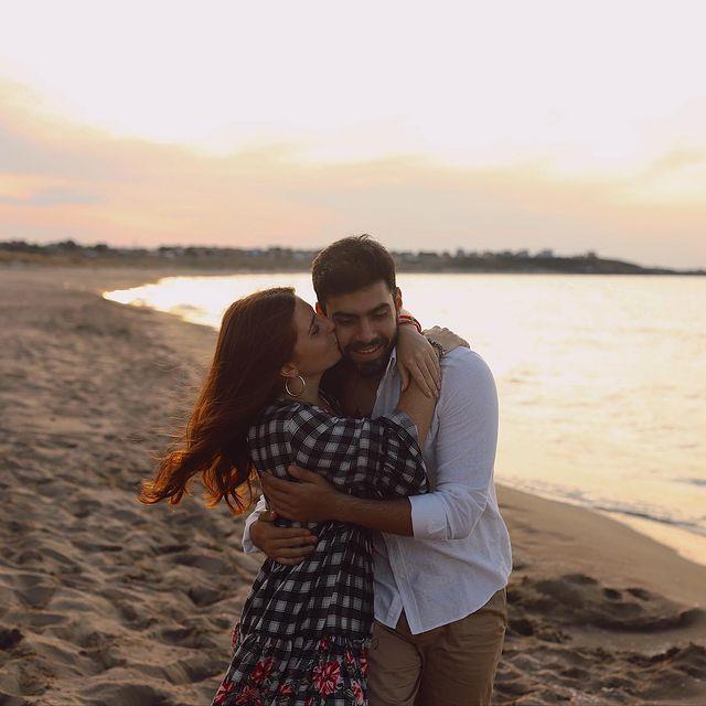 Sihirli Annem dizisiyle ünlenen Zeynep Özkaya, sevgilisiyle aşk dolu pozunu paylaştı