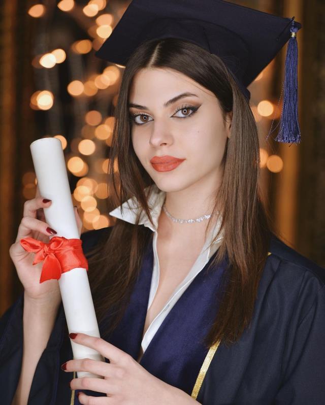 Defne Samyeli'nin 17 yaşındaki kızı Derin Talu'nun süper minili pozuna beğeni yağdı