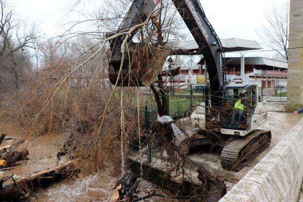 Edirne'de Fatih Köprüsü'nü eriyen kar suları tehdit ediyor(2)